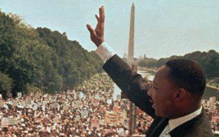 Ο Μάρτιν Λούθερ Κινγκ εκφωνεί τον ιστορικό του λόγο «Έχω ένα όνειρο» (I Have a Dream...) για τις φυλετικές ανισότητες που βιώνουν οι Αφροαμερικανοί πολίτες στις ΗΠΑ, την ημέρα της μεγάλης πορείας υπέρ των δικαιωμάτων των Αφροαμερικανών, στο Μνημείο του Λίνκλολν, στην Ουάσιγκτον, το 1963. ASSOCIATED PRESS