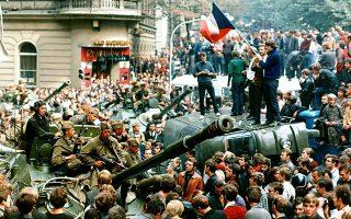 Η διαδικασία εδραίωσης ενός «σοσιαλισμού με ανθρώπινο πρόσωπο» στη Σοσιαλιστική Δημοκρατία της Τσεχοσλοβακίας διακόπτεται βίαια τη νύχτα της 20ης προς 21η Αυγούστου με την εισβολή των στρατευμάτων του Συμφώνου της Βαρσοβίας, δίνοντας απότομο τέλος στο πείραμα της «Άνοιξης της Πράγας», το 1968. Εδώ, μία λαοθάλασσα πολιτών της Πράγας έχει κατακλύσει τους δρόμους της τσεχοσλοβάκικης πρωτεύουσας το πρωί της 21ης Αυγούστου, σκεπάζοντας κυριολεκτικά τα τεθωρακισμένα οχήματα του Συμφώνου της Βαρσοβίας, που προελαύνουν στην πόλη.(AP Photo/Libor Hajsky/CTK)