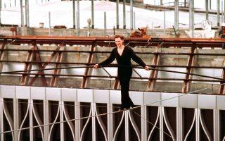 Ο παράτολμος Γάλλος ακροβάτης Φιλίπ Πετί πραγματοποιεί ένα ακροβατικό νούμερο στα όρια του υπεράνθρωπου, διασχίζοντας άνετα το κενό ανάμεσα του δίδυμους πύργους του Παγκοσμίου Κέντρου Εμπορίου μέσω ενός τεντωμένου σύρματος και κρατώντας ένα μακρύ κοντάρι για ισορροπία, στη Νέα Υόρκη, το 1974. (AP Photo)