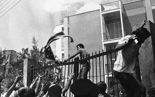 Λίγο μετά την ολοκλήρωση και της δεύτερης φάσης του «Αττίλα», η οργή των Ελληνοκυπρίων ξεχειλίζει, έχοντας ως κύριο αποδέκτη τις ΗΠΑ και το ΝΑΤΟ, με την άποψη περί «αμερικανικών πλατών» στην τουρκική εισβολή να είναι διάχυτη. Αυτή η οργή θα ξεσπάσει στις 19 Αυγούστου του 1974, όταν η περιοχή γύρω από την πρεσβεία των ΗΠΑ στη Λευκωσία θα μετατραπεί σε πραγματικό πεδίο μάχης. (AP Photo)