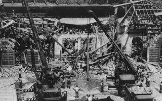 Η νεοφασιστική τρομοκρατική οργάνωση «Ένοπλοι Επαναστατικοί Πυρήνες» χτυπά τυφλά τον κεντρικό σιδηροδρομικό σταθμό της Μπολόνιας, σκοτώνοντας 85 άτομα και τραυματίζοντας άλλα 200, στη φονικότερη τρομοκρατική επίθεση που βίωσε η Ιταλία τη μεταπολεμική περίοδο, το 1980. ASSOCIATED PRESS