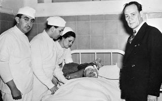 Φέροντας βαριά τραύματα στο κεφάλι του από τη δολοφονική επίθεση που δέχθηκε ορειβατική αξίνα, ο εξόριστος Ρώσος κομμουνιστής επαναστάτης Λέον Τρότσκι αναμένεται να αφήσει σε λίγες στιγμές την τελευταία του πνοή στο κρεβάτι ενός νοσοκομείου στην Πόλη του Μεξικού, θύμα δολοφονίας των σοβιετικών μυστικών υπηρεσιών. (AP Photo)