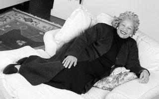 Η Τόνι Μόρισον, η οποία έφυγε από τη ζωή την περασμένη Δευτέρα σε ηλικία 88 ετών. Στη φωτογραφία στο διαμέρισμά της στη Νέα Υόρκη τον Γενάρη του 1998. Ηταν η πρώτη Αφροαμερικανίδα συγγραφέας που βραβεύθηκε με Νομπέλ Λογοτεχνίας, μεταξύ πολλών άλλων βραβείων.
