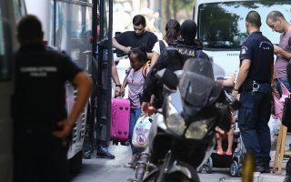 Αστυνομικοί εκκενώνουν ένα από τα δύο κτίρια που τελούσαν υπό κατάληψη από αλλοδαπούς – οικογένειες μεταναστών και προσφύγων από το Ιράκ, το Αφγανιστάν, την Ερυθραία και την Τουρκία. Οι 35 από τους αλλοδαπούς είναι ανήλικοι.