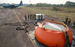 Στρατιωτικό αεροσκάφος C-130 της πολεμικής αεροπορίας της Βραζιλίας εφοδιάζεται με νερό, προκειμένου να συμβάλει στην κατάσβεση των πυρκαγιών στο δάσος του Αμαζονίου.