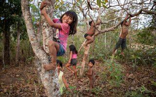 Παιδιά της φυλής Ναμπικβάρα Σαράρε παίζουν στον Αμαζόνιο, στην πολιτεία Μάτο Γκρόσο.