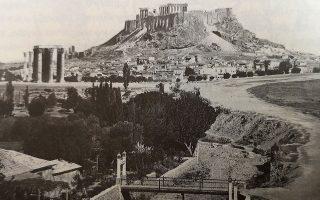 «Ενα ζευγάρι γεφυράκια του Ιλισού, ιδιωτικών συμφερόντων το καθένα προφανώς, έζευγναν το αθηναϊκό κέντρο με τις κατάφυτες περιοχές του Μετς και του Αρδηττού, που αναφέρονταν με τον γενικό προσδιορισμό τα Παριλίσια. Στο φυσικό αυτό πάρκο με τις πευκοφυτεμένες πλαγιές του, ξεφύτρωναν πολλά κεντράκια και θέατρα. Το συγκεκριμένο τοπίο γίνεται συχνά σημείο αναφοράς για καλλιτεχνικά γεγονότα και ψυχαγωγικά στέκια, τολμηρά θεάματα ξενόφερτων καλλιτέχνιδων που τροφοδοτούσαν κοσμικά σχόλια. Ο φαρδύς χωματόδρομος της δεξιάς όχθης αναγνωρίζεται ως η λεωφόρος Βασιλίσσης Όλγας, που λίγο μεταγενέστερα θα χωρίσει το ποτάμι απ' το πάρκο του Ζαππείου και το γυμναστήριο του Φωκιανού». -Μίλτος Λιδωρίκης - Έζησα την Αθήνα της Μπελ Επόκ, εκδ. Polaris με σχολιασμό Γ. Χατζηδάκη.