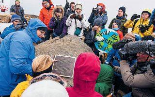 «Αυτός είναι ο πρώτος παγετώνας που παύει να χαρακτηρίζεται ως τέτοιος. Το μνημείο αυτό δείχνει ότι συνειδητοποιούμε τι συμβαίνει και γνωρίζουμε τι πρέπει να κάνουμε», γράφει η πλακέτα για τον παγετώνα Οκιοκούλ στην Ισλανδία. EPA