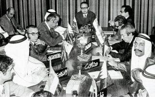 17.10.1973. Οι Αραβες υπουργοί Πετρελαίου των κρατών του OPEC συνεδριάζουν στο Κουβέιτ. Οι αποφάσεις για αύξηση της τιμής, μείωση της παραγωγής και εμπάργκο πώλησης καυσίμων σε ορισμένες χώρες αποτέλεσαν μεγάλο πλήγμα στη Δύση. ASSOCIATED PRESS