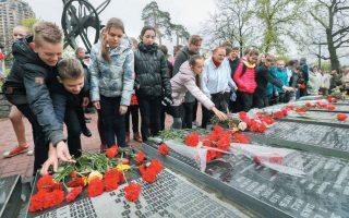 Oυκρανοί εναποθέτουν λουλούδια στα μνημεία των θυμάτων του Τσερνόμπιλ στις 26 Απριλίου 2016. REUTERS