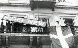 Διαδηλωτές ξηλώνουν την ταμπέλα του ξενοδοχείου «Νέα Αγγλία» στην πλατεία Συντάγματος στις 10 Μαΐου 1956. Η απαγωγή του Μακαρίου από τις βρετανικές δυνάμεις κατοχής την προηγούμενη χρονιά οδήγησε σε έκρηξη αντιβρετανικού μένους τόσο στην Κύπρο όσο και στην Ελλάδα. ΗΝΩΜΕΝΟΙ ΦΩΤΟΡΕΠΟΡΤΕΡ/ΣΥΛΛΟΓΗ Ν.Ε. ΤΟΛΗΣ