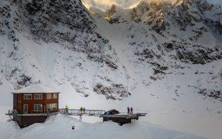 Στο Sheldon Chalet, στα 1.754 μέτρα, οι πελάτες απολαμβάνουν το ηλιοβασίλεμα σε εξέδρα κοντά στην κορυφή του ψηλότερου βουνού της Β. Αμερικής.