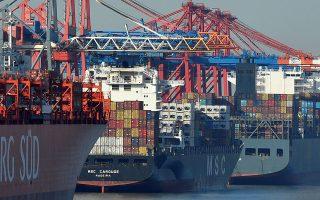 Οι αυξημένες ανησυχίες για την πορεία της παγκόσμιας οικονομίας μετά τη νέα κλιμάκωση της εμπορικής διαμάχης ΗΠΑ - Κίνας, σε συνδυασμό με την αστάθεια που προκαλεί η προοπτική του σκληρού Brexit, έστρεψαν τους επενδυτές στα ασφαλή καταφύγια των κρατικών ομολόγων.