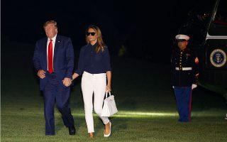 Ο πρόεδρος των ΗΠΑ Ντόναλντ Τραμπ και η σύζυγός του Μελάνια, κατά την επιστροφή τους από τη σύνοδο του G7 στην Μπιαρίτζ.
