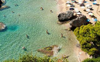 Η Μυρτιώτισσα, με τα κρυστάλλινα νερά και τη χρυσή αμμουδιά, παραμένει αγαπημένη παραλία για γυμνιστές και φυσιολάτρες. (Φωτογραφίες: Τζούλια Κλήμη)