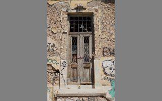 Θύρωμα ερειπωμένης γωνιακής οικίας των αρχών του 20ού αιώνα στην οδό Φιλοπάππου 12 και Μπέλες. ΝΙΚΟΣ ΒΑΤΟΠΟΥΛΟΣ