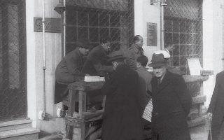 Στο άρθρο του με τίτλο «Ψώνια» («Καθημερινή» 4/8/1944) ο Σπύρος Μελάς περιγράφει με τον πιο ειρωνικό τρόπο τις επιπτώσεις της Κατοχής στα παραδοσιακά μικροαστικά επαγγέλματα της Αθήνας, όπως αυτά των αρτοποιών, των μπακάληδων ή των μανάβηδων, καθώς ορισμένοι από αυτούς μετατράπηκαν σε αληθινούς «κροίσους της εποχής».