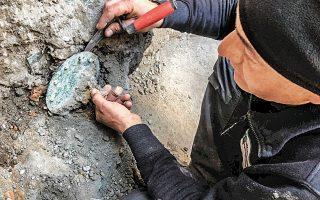 Οι αρχαιολόγοι της Πομπηίας έφεραν στο φως δεκάδες νέα αντικείμενα καθημερινής χρήσης, όπως φυλαχτά και γυναικεία κοσμήματα, που κρύβονταν για αιώνες κάτω από την ηφαιστειακή τέφρα του Βεζούβιου. Σε μια μεγάλη έκταση του Αρχαιολογικού Πάρκου της Πομπηίας οι επιστήμονες προσπαθούν να ανασυνθέσουν τις ζωές των κατοίκων που δεν μπόρεσαν να διαφύγουν της φονικής ηφαιστειακής έκρηξης του 79 μ.Χ.