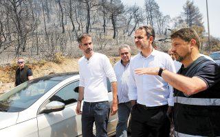 Ο απερχόμενος περιφερειάρχης Στερεάς Ελλάδας Κώστας Μπακογιάννης και ο πρωθυπουργός Κυριάκος Μητσοτάκης πραγματοποιούν αυτοψία στην Εύβοια.