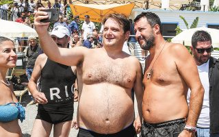 Συνεχίζοντας την ακήρυκτη προεκλογική εκστρατεία του, ο Ματέο Σαλβίνι (δεξιά) χαρίζει μια σέλφι σε οπαδό του.