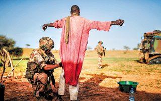 Σωματική έρευνα υπόπτου από άνδρες της επιχείρησης «Μπαρκάν», στο Ντάκι του Μάλι. Στα χωριά κανείς δεν εμφανίστηκε πρόθυμος να συνεργαστεί.