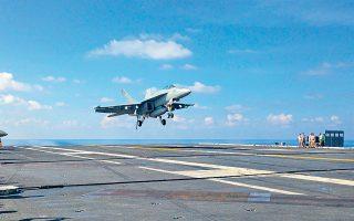 Αεροσκάφος FA-18 προσνηώνεται στο κατάστρωμα του αεροπλανοφόρου «Τζον Στένις», στη Θάλασσα της Νότιας Κίνας.