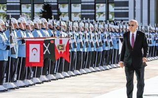 Θετικό βήμα χαρακτήρισε ο Ταγίπ Ερντογάν –εδώ επιθεωρεί τιμητικό άγημα κατά την υποδοχή του Ουκρανού ομολόγου του Βολοντίμιρ Ζελένσκι– τη συμφωνία με τις ΗΠΑ για τη ζώνη ασφαλείας στη βόρεια και ανατολική Συρία.