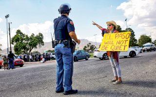 Ακτιβίστρια κατά του Τραμπ μιλάει σε αστυνομικό στο Ελ Πάσο του Τέξας.