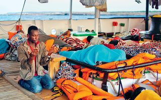 Μετανάστης προσεύχεται στο σκάφος της ισπανικής μκο Open Arms.
