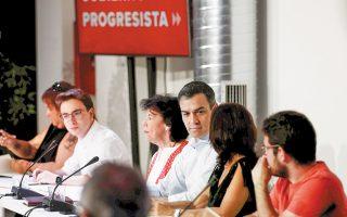 Ο Πέδρο Σάντσεθ και η υπουργός Παιδείας Ιζαμπέλ Τσελάα κατά τη συνάντησή τους με εκπαιδευτικούς χθες στη Μαδρίτη.