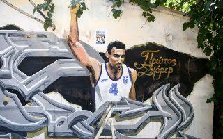 To γκράφιτι όπως είχε αποκατασταθεί πρόσφατα από τον δημιουργό του, εικονίζοντας τον Νίκο Γκάλη με τη φανέλα της Εθνικής ομάδος.