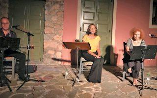 Η Μελίνα Τανάγρη (αριστερά), η Ολια Λαζαρίδου και ο Δημήτρης Παπαλάμπρου στην εκδήλωση «Τα παράσιτα του Παραδείσου».
