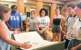 Οι Αμερικανοί φοιτητές, που ήρθαν για ένα μήνα στην Αθήνα, ξεναγούνται στη Γεννάδειο και στη συλλογή της.