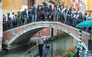 Η Βενετία, με πληθυσμό 262.000, υποδέχεται περίπου 25 εκατομμύρια επισκέπτες ετησίως, αριθμός που προβλέπεται να σκαρφαλώσει στα 38 εκατομμύρια το 2025.