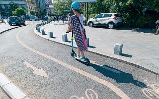 Οι επικριτές των ηλεκτρικών πατινιών καταγγέλλουν τους χρήστες τους ότι προκαλούν ενόχληση σε πεζούς, ποδηλάτες και αυτοκινητιστές, διεκδικώντας και αυτοί μία θέση σε δρόμους και πεζοδρόμια.