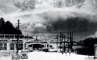 Στις 6 Αυγούστου 1945 οι ΗΠΑ έριξαν την πρώτη ατομική βόμβα τους στη Χιροσίμα, ενώ τρεις ημέρες αργότερα έπεσε η δεύτερη βόμβα στο Ναγκασάκι.