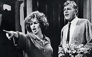 Το σκοτεινό πνεύμα της Βιρτζίνια Γουλφ μεταφέρθηκε στο θέατρο και στο σινεμά, με την Ελίζαμπεθ Τέιλορ και τον Ρίτσαρντ Μπάρτον.