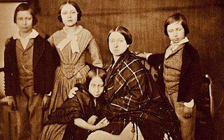 Η βασίλισσα Βικτωρία με τα παιδιά της, μία από τις χιλιάδες άγνωστες φωτογραφίες που έρχονται τώρα στο φως.