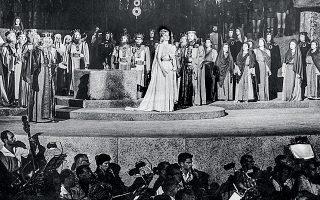 Εκείνη την περίοδο η Μαρία Κάλλας βρισκόταν στην ακμή της σταδιοδρομίας της, έχοντας ήδη ερμηνεύσει τον ρόλο της «Νόρμα» σε σπουδαία θέατρα παγκοσμίως.