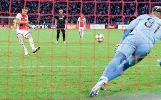 Τάντις - Πασχαλάκης 2-1. Μια φάση που εκτυλίχθηκε τρεις φορές. Ο Αγιαξ με τρία πέναλτι επικράτησε 3-2 του ΠΑΟΚ και προκρίθηκε στα πλέι οφ.