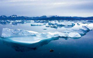 Η πρόταση του Αμερικανού προέδρου προς τη Δανία για την αγορά της Γροιλανδίας ξάφνιασε. Το αμερικανικό ενδιαφέρον εστιάζεται στο πλούσιο υπέδαφος της Γροιλανδίας, που «κρύβει» 38,5 εκατ. τόνους σπάνιων γαιών. Πρόκειται για 17 μέταλλα που είναι αναγκαία για την παραγωγή ειδών υψηλής τεχνολογίας και μέχρι σήμερα η εξόρυξή τους ελέγχεται από την Κίνα. Το γεγονός αυτό αποτελεί και διαπραγματευτικό ατού του Πεκίνου στον εν εξελίξει εμπορικό πόλεμο και εξηγεί την... παράδοξη πρόταση Τραμπ.
