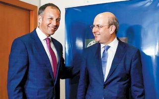 Οι συμβάσεις παραχώρησης δικαιωμάτων έρευνας για υδρογονάνθρακες δυτικά και νοτιοδυτικά της Κρήτης θα κυρωθούν από τη Βουλή τον Σεπτέμβριο, τόνισε ο υπουργός Ενέργειας Κ. Χατζηδάκης, παρουσία του υφυπουργού Εξωτερικών των ΗΠΑ, αρμοδίου για ενεργειακούς πόρους, Φράνσις Φάνον (αρ.) μετά τη συνάντηση που είχαν χθες το πρωί οι δύο άνδρες.