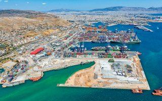 Το σχέδιο για το λιμάνι του Πειραιά προβλέπει ένα πολύ μικρότερο εμπορικό κέντρο για τον νέο τερματικό σταθμό της κρουαζιέρας (22.000 τετραγωνικά μέτρα αντί 44.000 τετραγωνικών πριν), που θα εξυπηρετεί τους χώρους του σταθμού και όχι το ευρύ κοινό. Περιλαμβάνει επίσης την κατασκευή ενός ακόμα μεγάλου προβλήτα εμπορευματοκιβωτίων δυναμικότητας 2,8 εκατ. TEU, που χωροθετείται ανατολικά του προβλήτα Ι.