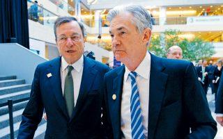 Οι επενδυτές θα έχουν την ευκαιρία να πληροφορηθούν τις προθέσεις της Fed την Παρασκευή, όταν ο πρόεδρός της Τζερόμ Πάουελ θα μιλήσει στο ετήσιο συνέδριο της Fed στο Τζάκσον Χόουλ. Στη φωτογραφία, ο Τζ. Πάουελ (δεξιά) με τον πρόεδρο της ΕΚΤ Μάριο Ντράγκι.