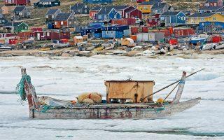Το παραθαλάσσιο χωριό Κάανακ στη βορειοδυτική Γροιλανδία κατά τη διάρκεια του χειμώνα. Οι βάρκες είναι άχρηστες.