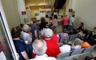 Πολίτες περιμένουν υπομονετικά να προμηθευθούν φάρμακα υψηλού κόστους, για σοβαρές ασθένειες, από το φαρμακείο του ΕΟΠΥΥ στην Αγίου Κωνσταντίνου, στην Ομόνοια. ΑΠΕ-ΜΠΕ/ΠΑΝΤΕΛΗΣ ΣΑΪΤΑΣ
