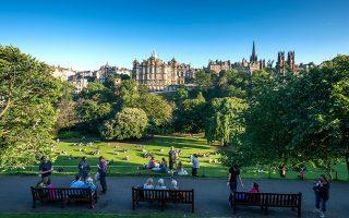 Ο κόσμος απολαμβάνει τις ζεστές καλοκαιρινές μέρες στο πάρκο Princes Street Gardens. (Φωτογραφία: Peter Hirth/laif)