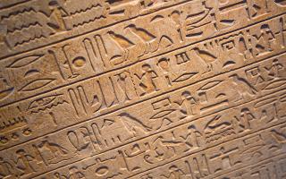 o-archaiologos-zachi-chaoyas-protrepei-tin-aigyptiaki-kyvernisi-na-thesmothetisei-mathima-ieroglyfikon0