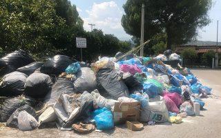 Το επαναλαμβανόμενο δράμα της περιοχής έχει και πάλι κορυφωθεί, όπως μαρτυρούν οι εικόνες με τις στοίβες σκουπιδιών.