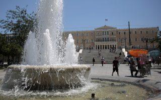 Αθηναίοι και τουρίστες προσπαθούν να προφυλαχθούν από την έντονη ζέστη που επικρατεί στο κέντρο της Αθήνας, Τρίτη 11 Ιουλίου 2017. ΑΠΕ-ΜΠΕ/ΑΠΕ-ΜΠΕ/ΑΛΕΞΑΝΔΡΟΣ ΒΛΑΧΟΣ